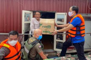 Hỗ trợ người dân nghèo làng chài ven sông Hồng gặp khó khăn do dịch bệnh