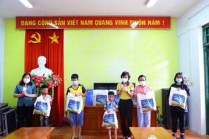"""200 hộ gia đình khó khăn của huyện Thạch Thất nhận quà từ """"Siêu thị mini 0 đồng"""""""