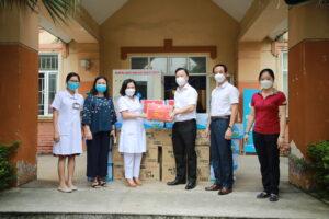 Hà Nội trao quà cho 15 Trung tâm y tế quận, huyện thuộc Vùng 1